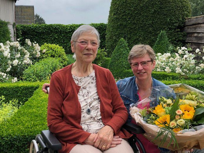 In de Wit-Gele Kruis afdeling Ieper-Poperinge kreeg Marleen Hennin (rechts) een boeket bloemen voor de Dag van de Mantelzorg. Zij is, naast thuisverpleegkundige, ook mantelzorger voor Josianne Lesage uit Watou.