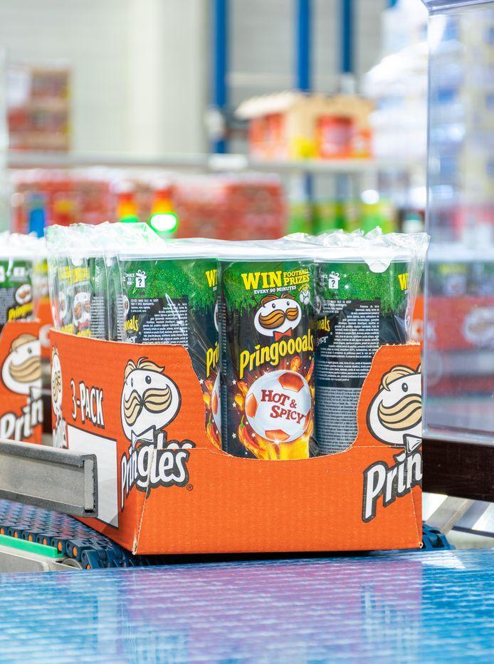 Dagelijks produceert en verpakt de fabriek in Mechelen liefst 2 miljoen kokers vol Pringels-chips.