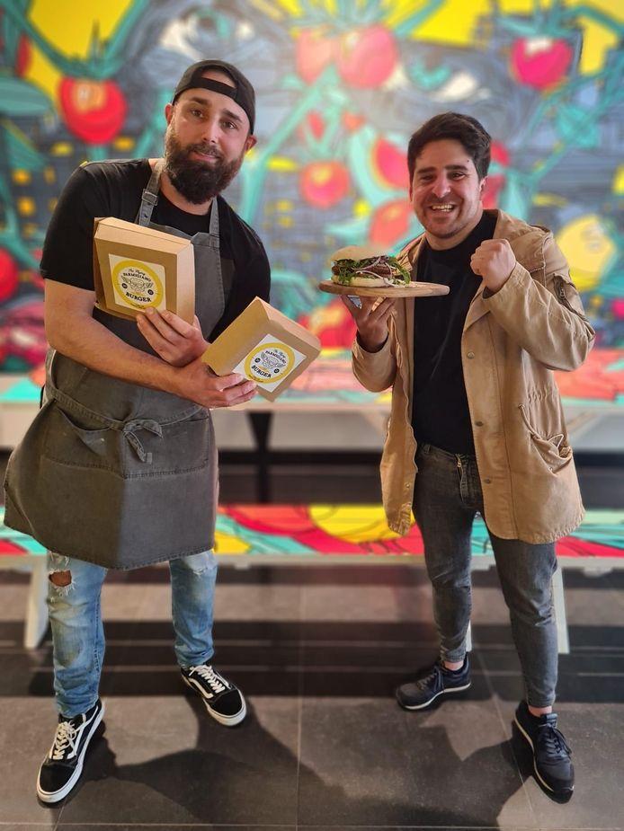 Jan Briers (35), zaakvoerder van Iedereen Smult, en Benjamin Tonon (32) poseren trots met 'The Flying Parmigiano Burger'.