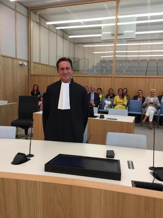 Oud-hoofdofficier Charles van der Voort beëdigd als advocaat.
