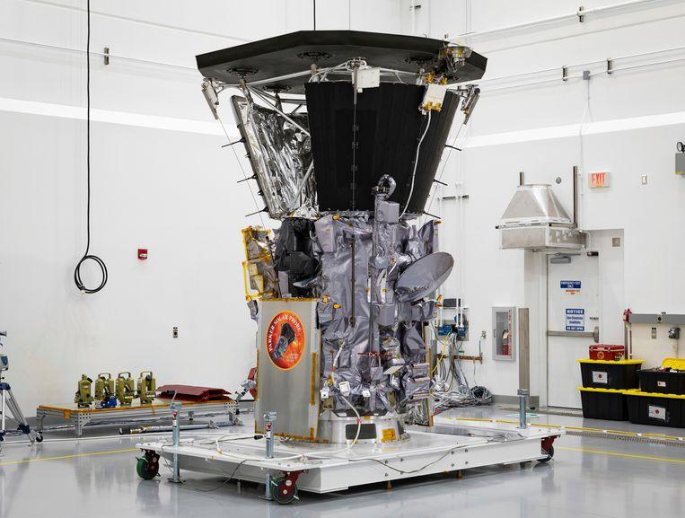 Om de enorme zonnestraling te overleven, is de Parker Solar Probe uitgerust met een elf centimeter dik koolstofcomposietschild, dat temperaturen tot 1.400 graden celcius aankan.