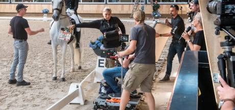 Handtekening is mooiste beloning voor jonge figurant bij opnames paardenfilm van Britt Dekker in Ermelo