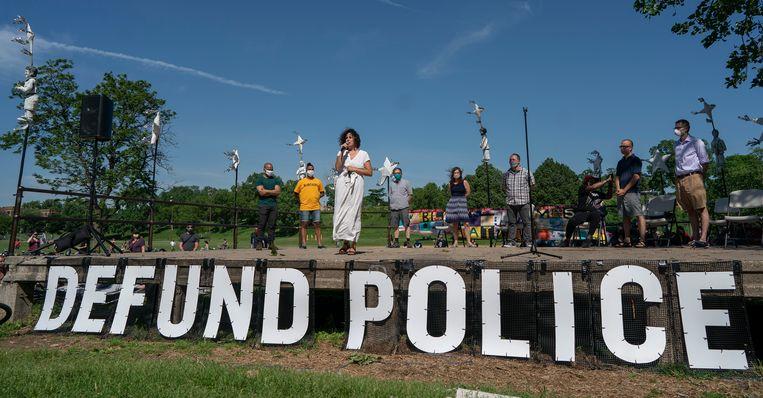 In de zomer klonk ook in Minneapolis de strijdkreet 'Defund the police', om de politiebudgetten te korten. Beeld AP