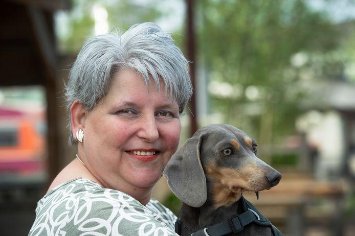 Jolanda van Dulken met haar geliefde teckel Truffel.