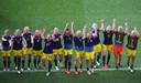 De Zweedse speelsters vieren de plaatsing voor de halve finales met de fans.