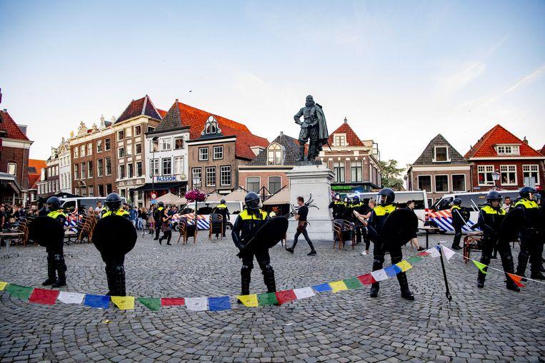 De ME staat rond het standbeeld van Jan Pieterszoon Coen.  Beeld ANP