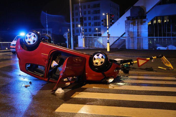 De bestuurder raakte zwaargewond bij de aanrijding.