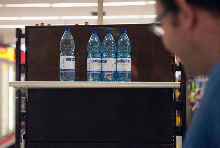 In een supermarkt in Santiago is bijna geen drinkwater meer te krijgen. Beeld afp