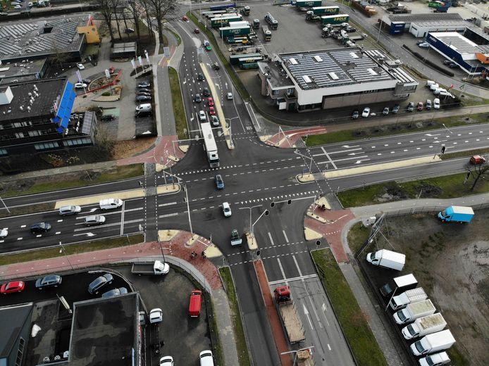 De kruising Bleskolksingel / Schuilenburgsingel / Plesmanweg is voorzien van een supermodern VRI-camerasysteem dat voorsorteren op aanmelding voor vrachtwagens mogelijk maakt.