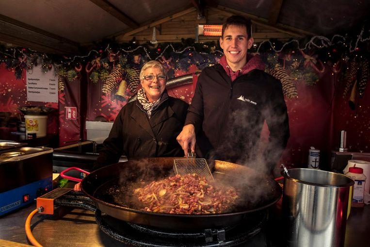 José Van Camp en Michael Vanden Boer baten een hamburgerkraam uit.