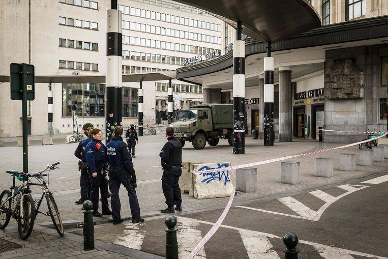 Belgische agenten blokkeren de toegang tot het Centraal Station van Brussel. Beeld afp