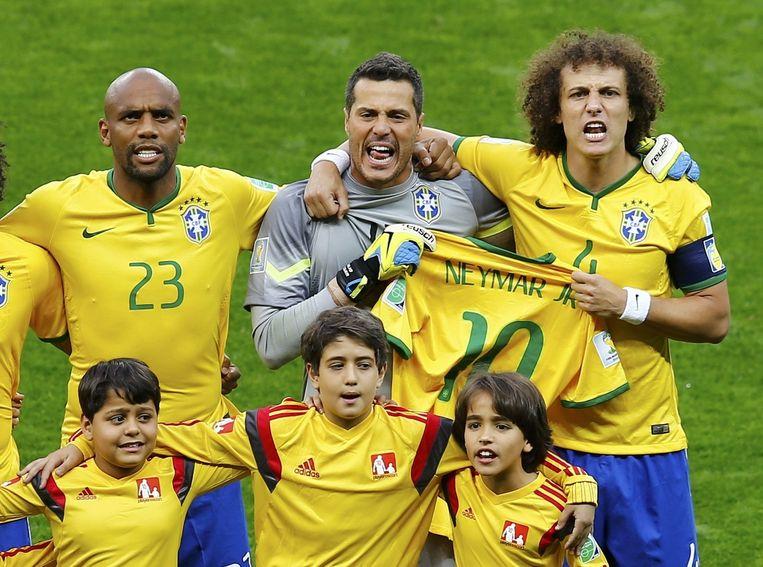 De spelers van Brazilië houden voor het duel met Duitsland het shirt van Neymar vast. Beeld reuters
