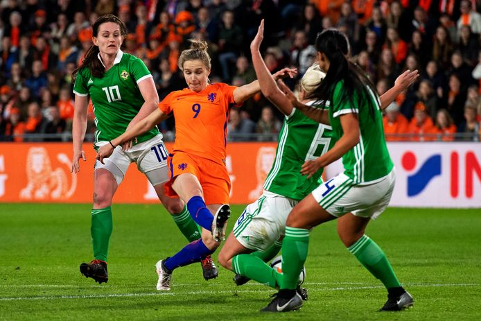 Vivianne Miedema van Oranje in duel met Ashley Hutton van Noord-Ierland.