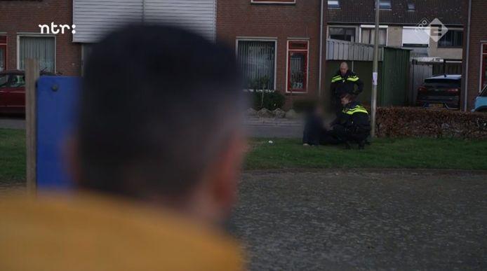 Agenten brengen het slechte nieuws in Etten-Leur aan een man. Hij zakt door de knieën als hij hoort wat er met het gezin gebeurd is.