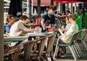 Terrasjes op de Dageraadplaats in Antwerpen, obers met mondmaskers noteren de gegevens. Heel wat gemeenten doen hun duit in het zakje bij de aankleding van uw coronaproof terras.