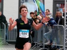Monique Verschuure vooraan in de Bruggenloop