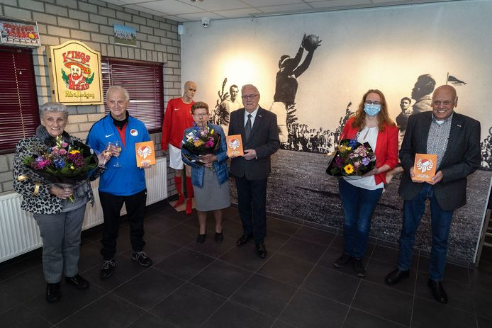 RKVV Tongelre bestaat 100 jaar. V.l.n.r. Francien en Henk Foederer, Loes en Piet Spijkerboer en Katja Kilsdonk en Tiny Vos.