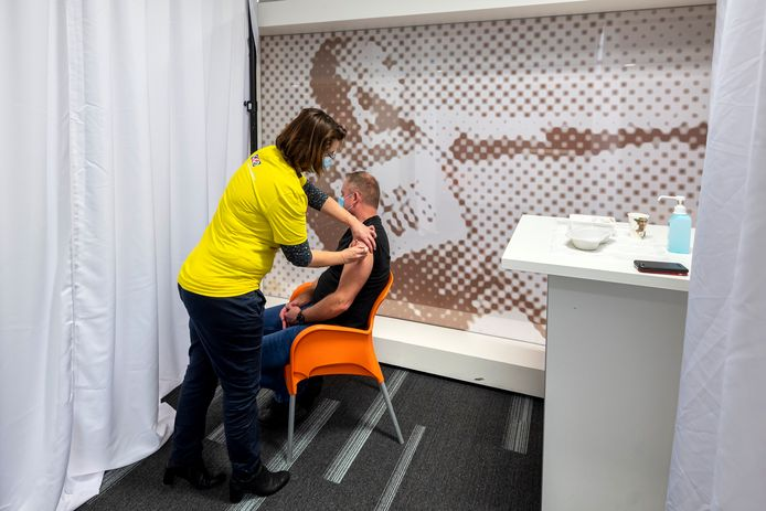 Op Papendal heeft men alles klaar staan om te kunnen beginnen met vaccineren over enkele dagen. Met de persoon op de foto wordt de vaccinatieroute doorlopen. Het echte prikken begint vrijdagochtend.