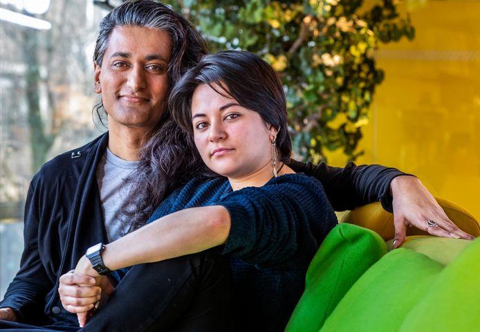 Isjed Hussain (links) en Sampa Westerlaken kregen in Amsterdam donderdagavond een Winq Award uitgereikt voor hun inzet voor biculturele queers in Utrecht en omliggende gemeenten.