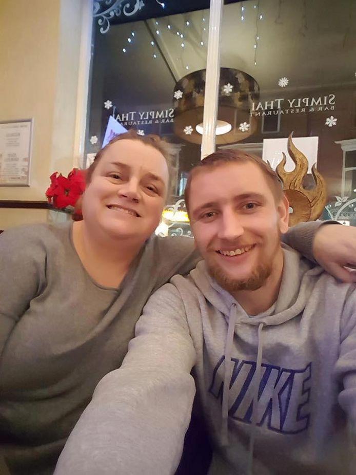 David met zijn moeder.