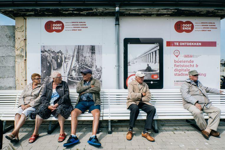 Het 'leugenaarsbankje', een verzamelplaats van oudere Oostendenaren aan de dokken. Beeld Wouter Van Vooren