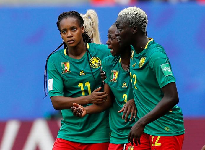 Speelsters van Kameroen snappen niets van de arbitrale beslissingen.