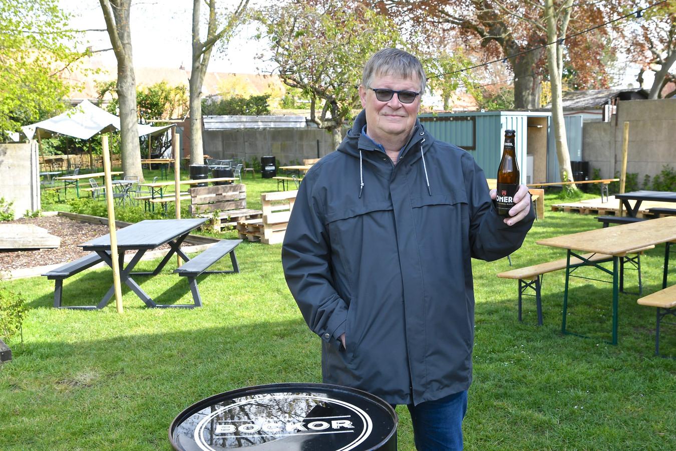 Pol Breine drinkt zijn eerste dagschotel op het terras van bistro 't Kapittel.