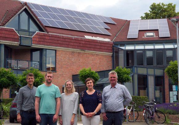 Kristof Van Gansen, projectcoördinator Waasland Klimaatland, met bibliothecaris Jeroen De Lathouwer en de schepenen Tineke Van Britsom, Lieve Truyman en Hugo Maes aan de bibliotheek.