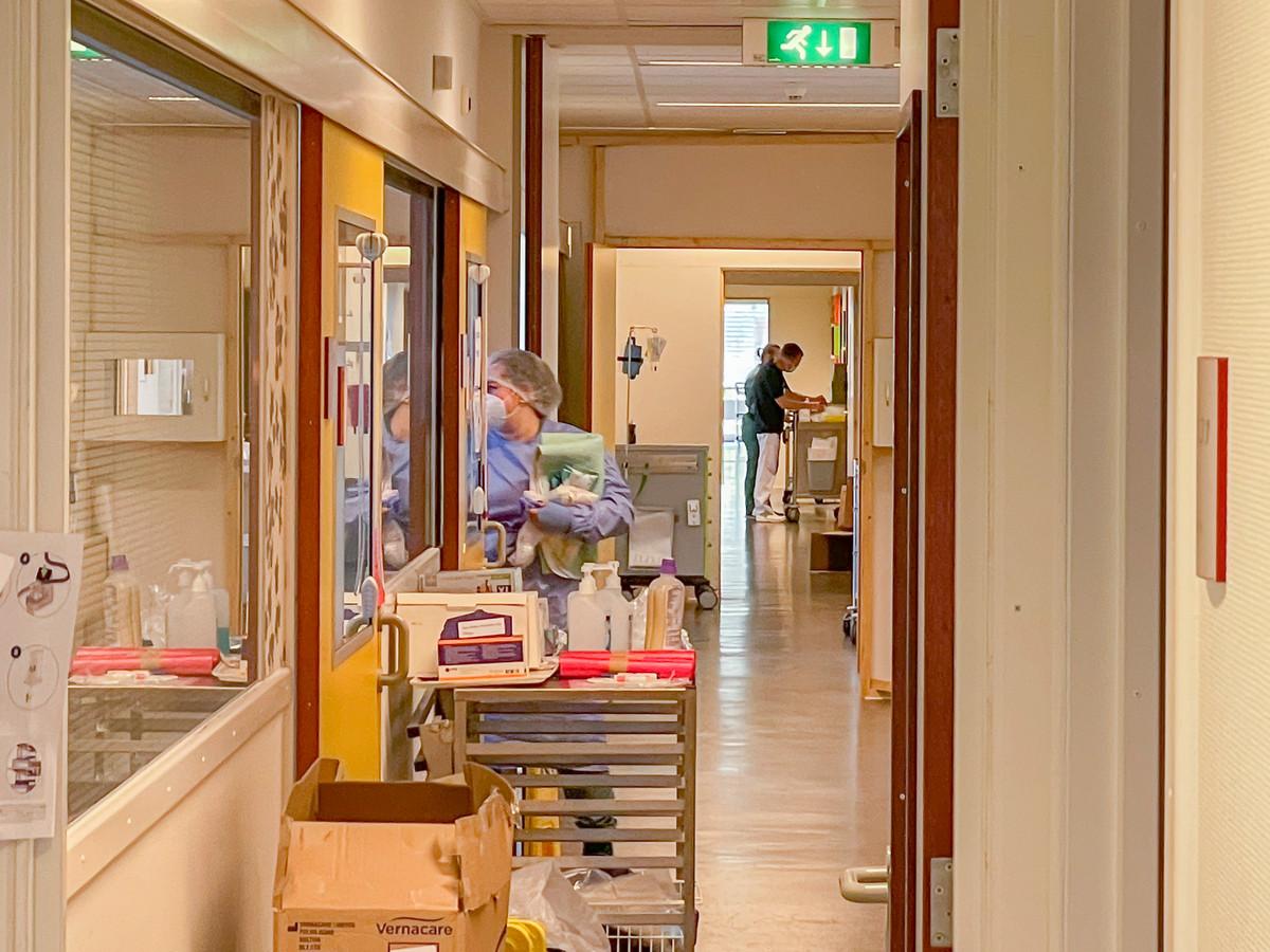 De corona-afdeling op de intensive care van ZorgSaam-ziekenhuis is opgeheven. Schotten zijn weg, deuren staan open. Medewerkers kunnen nu weer vrij doorlopen.