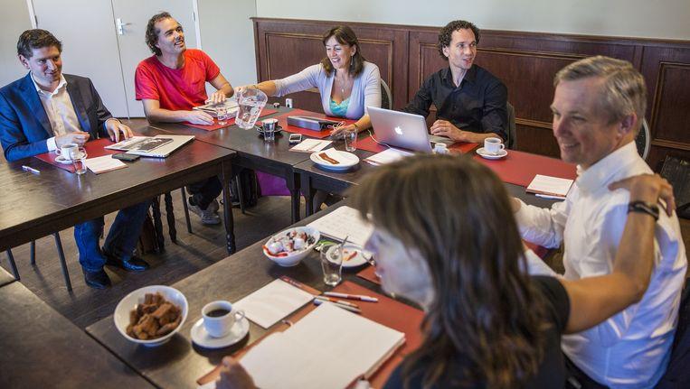 Collegeonderhandelingen, mei 2014. Voor zit SP-raadslid Maureen van der Pligt met VVD-leider Eric van der Burg. Tweede van links SP-leider Ivens. Beeld Marc Driessen (www.marcdriessen.com)