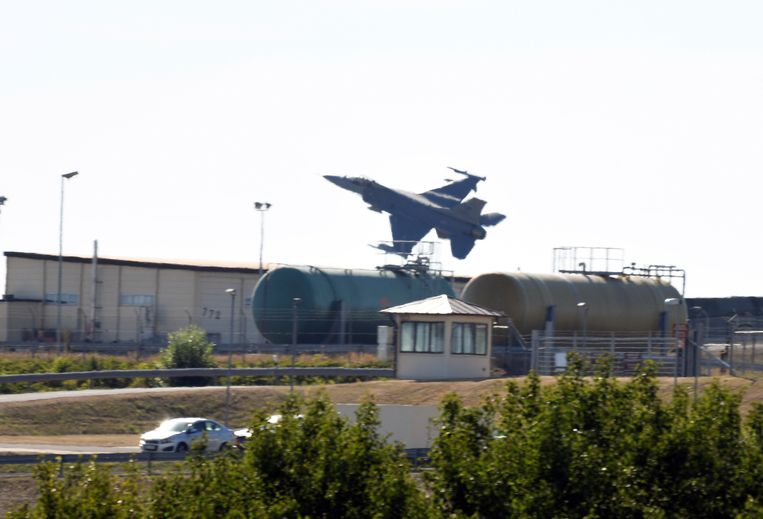 Een F-16 boven de Amerikaans luchtmachtbasis in Spangdahlem. Beeld AP