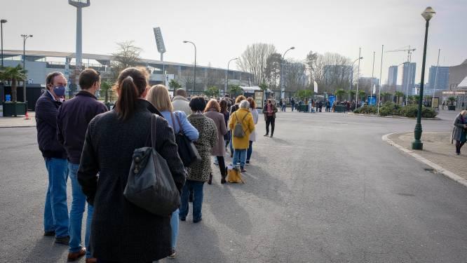 """""""We wachten al een jaar, dus dan neem ik die 4 uren in de rij er wel bij"""": 2.000 mensen kregen vandaag vaccin op de Heizel, met lange wachtrijen tot gevolg"""