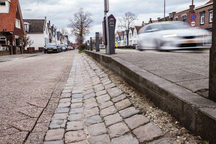 De Steenbergseweg in Dinteloord is aan vervanging toe. De hoofdweg, maar zeker ook vooral de parallelweg is erg ongelijk. Voor de weg vervangen kan worden, moet het eerst duidelijk worden of de rondweg er komt, waar tijdens de verkiezingsavond over gesproken is.