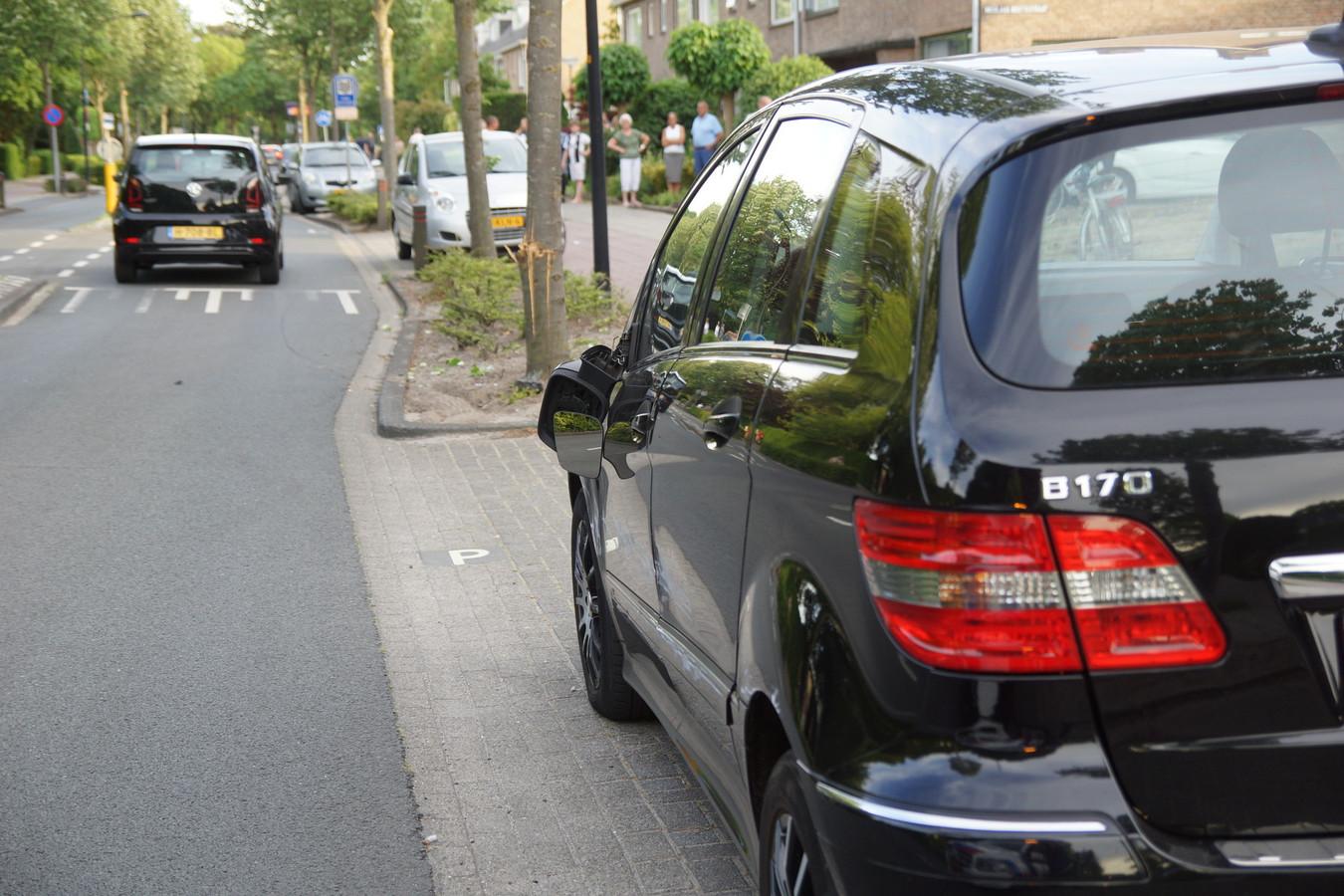 De Mercedes van het slachtoffer raakte beschadigd, op de achtergrond de boom waartegen de wagen tot stilstand kwam.
