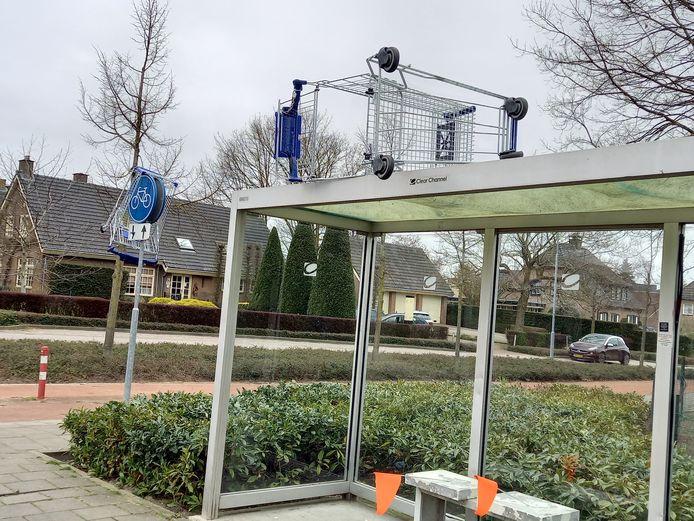Een winkelwagen op de abri in Groesbeek.