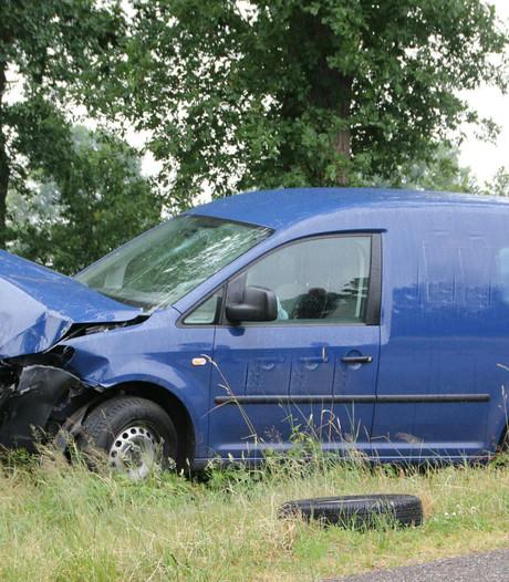 Bestelbus total loss na botsing met auto in Wierden