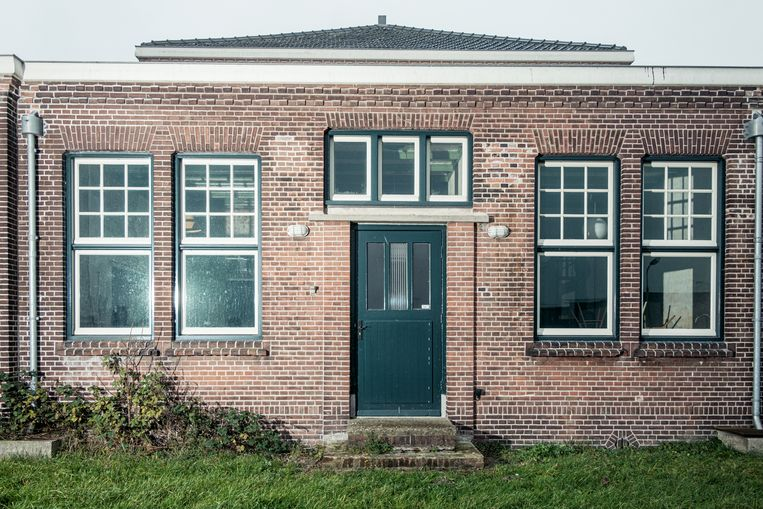 Op 19 december stonden we voor het voormalig chemisch laboratorium (ofwel gebouw 157) op het Hembrugterrein, vorige eeuw het centrum van de Nederlandse munitie-industrie. Winnaar van het jaarabonnement op Ons Amsterdam is mevrouw Rijlaarsdam. Beeld Jakob van Vliet
