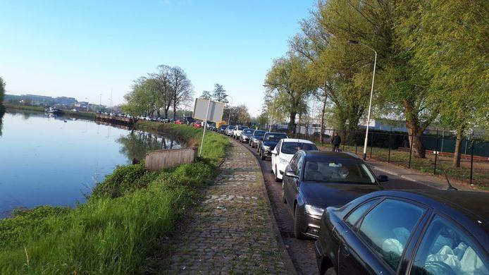 Een lange rij auto's wacht op de Markkade voor toegang tot het milieustation op het Spinveld in Breda.