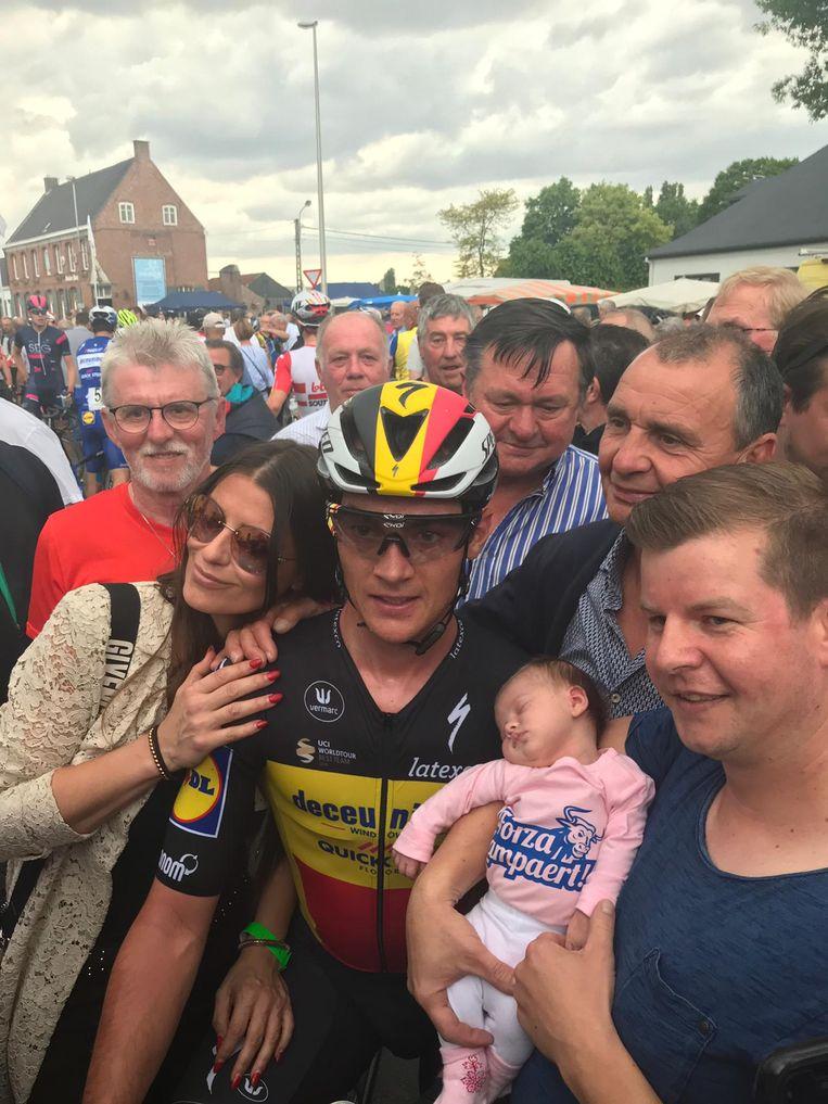Yves Lampaert bij aankomst, met het pasgeboren kindje van een fan.
