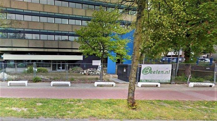 Het giroblauwe beeldelement uit het kunstwerk 'Poorten' van Hans Koetsier en een deel van de witte elementen, die als bankje terugkeren in de middenberm voor het voormalige Girokantoor aan de Velperweg in Arnhem.