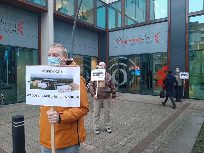 Tegenstanders van bedrijventerrein Wijkevoort ageren bij het stadskantoor in Tilburg al maanden elke werkdag tegen het weigeren van een referendum.