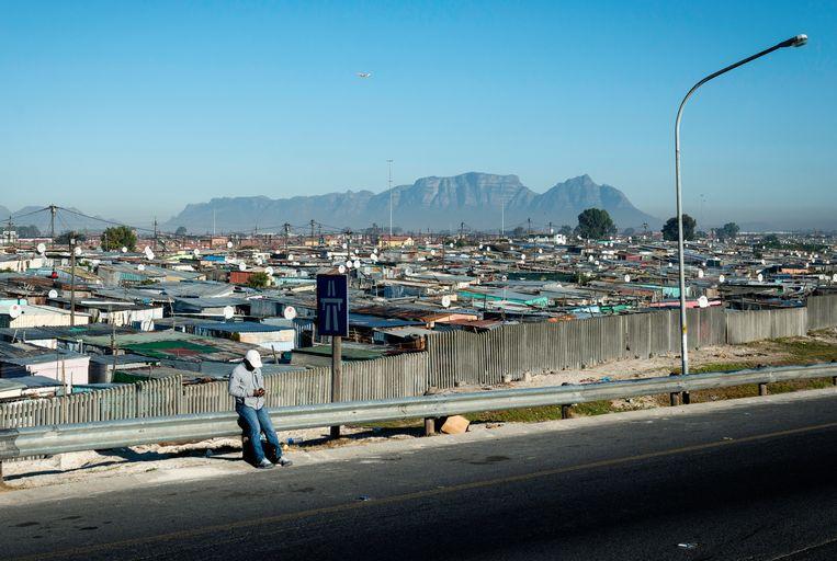 Het arme township Khayelitsha bij Kaapstad, met op de achtergrond de Tafelberg. Townships zijn ooit ontworpen om zwarte Zuid-Afrikanen buiten de stad te houden en de binnensteden zo wit mogelijk te houden. Beeld Bram Lammers