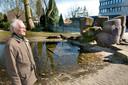 Piet Slegers in 2009 bij zijn kunstwerk Bron. De fontein deed het inmiddels niet meer.