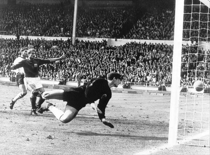 Roger Hunt (l) staat er met zijn neus bovenop als Engeland door een dubieuze treffer van Geoff Hurst op 3-2 komt in de WK-finale van 1966. De Duitse doelman Hans Tilkowski is hoe dan ook geklopt.
