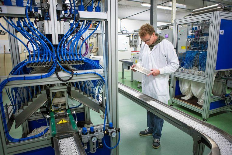 In het laboratorium en de fabriekshal van Incotec in Enkhuizen, een van de grootste spelers op het gebied van zaadverbetering. Beeld Cigdem Yuksel