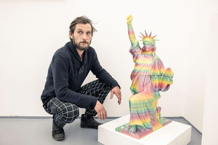 Het kunstwerk is een één meter hoog Vrijheidsbeeld dat knielt zoals American Football-spelers doen  tegen racisme. Beeld Ákos Stiller