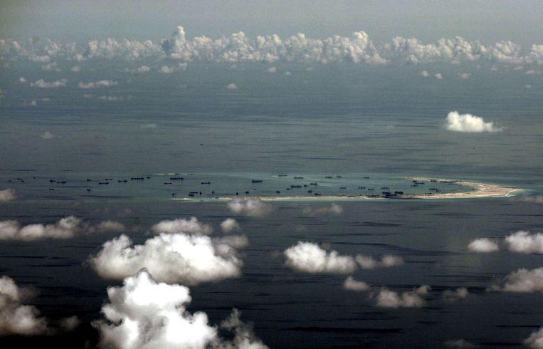 Een luchtbeeld van Chinese activiteit in de Zuid-Chinese Zee. Op deze plaats zou China bezig zijn met de bouw van een kunstmatig eiland. Beeld REUTERS