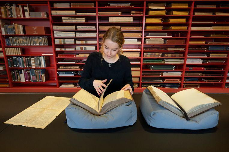 Evi Dijcks, derdejaarsstudent Nederlandse taal en cultuur, ontdekte in de collectie van de Leidse universiteitsbibliotheek het oudste literaire vrouwengenootschap van Nederland. Het gezelschap bestond al in 1782. Beeld Taco van der Eb