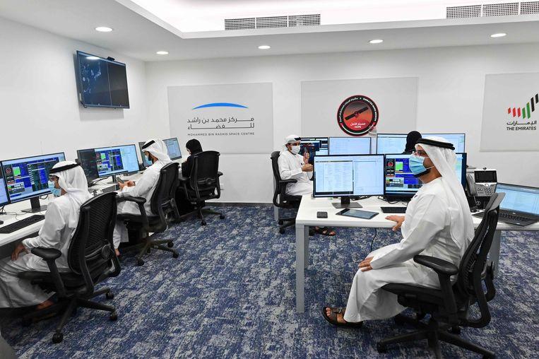 Missieleiders in het Mohammed Bin Rashid Space Centre in Dubai vlak voor de lancering van Al-Amal.  Beeld AFP