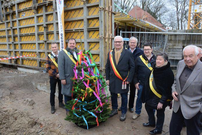 De ruwbouw heeft zijn hoogste punt bereikt en dus werd naar oude traditie een meiboom geplaatst.